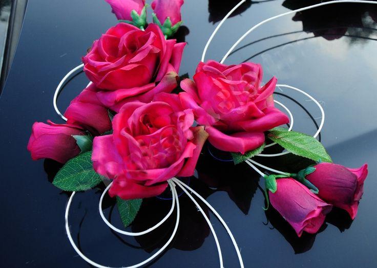 Svatební dekorace na automobil je vyrobena z růží ratanu,. Skládá se ze6 velkých dekorací, 4 dekorací menších, 4 ozdob na kliky auta. jednoduchá