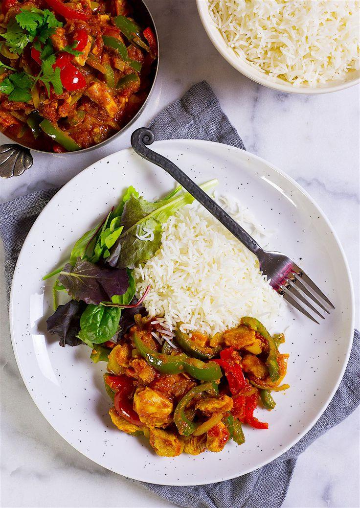 Smakrik och god indisk gryta med tomatsås och kyckling. En läcker rätt som du snabbt och enkelt slänger ihop. Servera gärna med ris och sallad. Även naan passar perfekt bredvid. 6 portioner 3 st kycklingfiléer 1 lök 1 röd paprika 1 grön paprika 1 grön chili (om du gillar hetta, annars uteslut) 1 liten bit ingefära (ca 1 msk finhackad) 2 vitlöksklyftor 1 pkt krossad tomat (ca 400 g) 2 msk tomatpuré 1 dl vatten Olja till stekning Kryddor: 2 tsk garam masala 1 tsk spiskummin 1 tsk chili-eller…