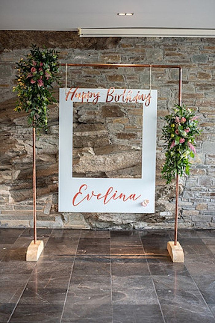 Photo booth with hanging frame from a birthday party with tropical pineapple ... - #Ananas #of a #photo cabin #birthday party