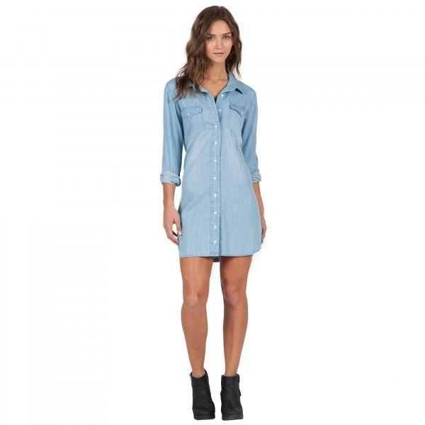 La robe chemise Blu Bells Dress en chambray avec boutonnière et ourlet plongeant est tout simplement parfaite.Caractéristiques:Robe chemise à manches longuesBoutonnière Poches Boutonnées à la poitrine Étiquette pliée et étiq