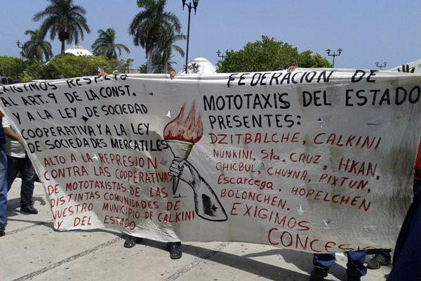 Mantas con las consignas de reclamo al Gobierno del Estado de Campeche