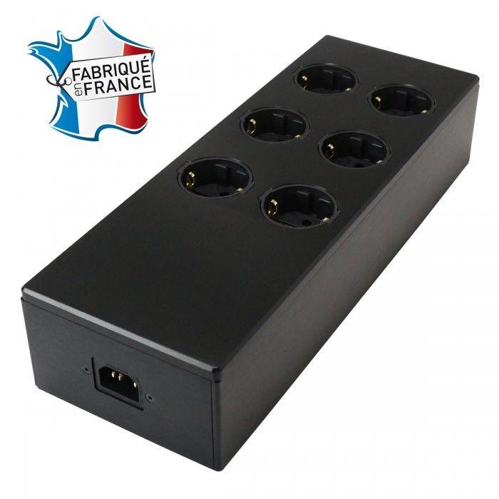L'Audiophonics MPC6 V2 représente la nouvelle génération de multiprises haut de gamme. Avec une finition revue et corrigée avec des ongles arrondies, une meilleure tenue mécanique de l'ensemble, l'Audiophonics MPC6 V2 permet de grandes possibilités d'optimisation secteur.