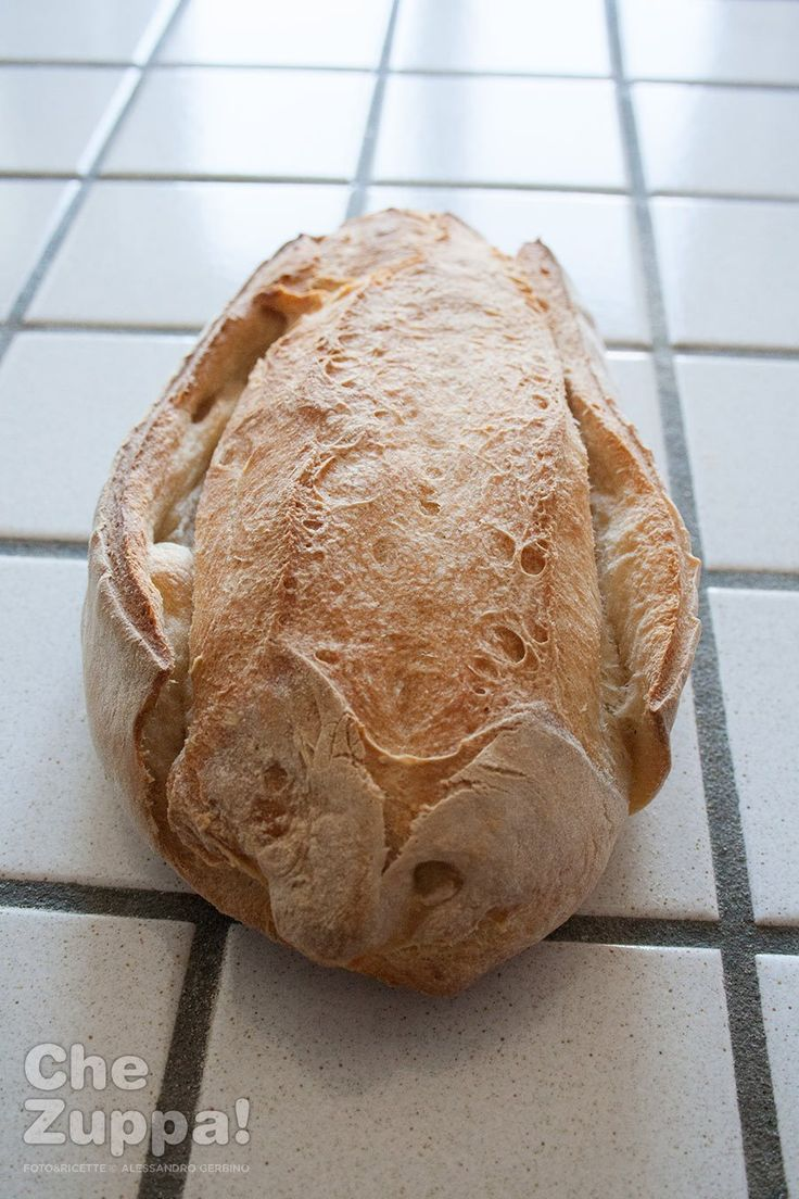 Filone di pane di semola fatto con lievito madre per un pane che si conserva a lungo!