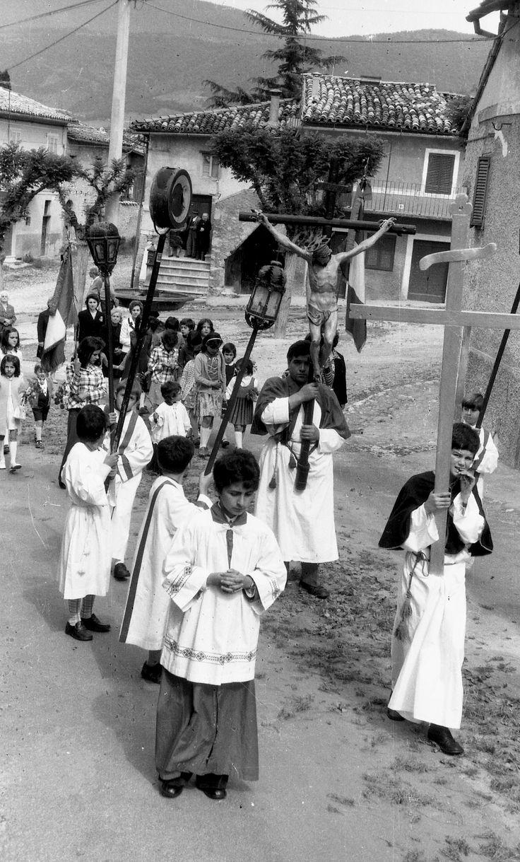 Norcia, Capo la terra, anni 70. La processione per il Corpus Domini per le vie della parte alta della città. Sono tanti i bambini e gli adoloscenti che indossano la cotta a chierichetto.