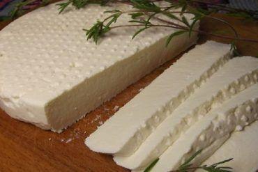 Zabudnite na kupovaný domáci syr. Urobte si ho doma, vydrží vám naozaj dlho a chutí báječne. Lepšie než z obchodu