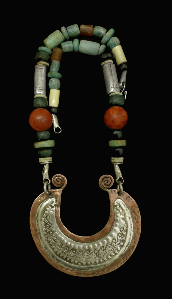 33 Collar con centro mapuche  ||  Necklace center Mapuche style, 925 silver and copper, accompanied by hard stones and jade Guatemala lapizlasuli coral and sponge balls. $3,500.00
