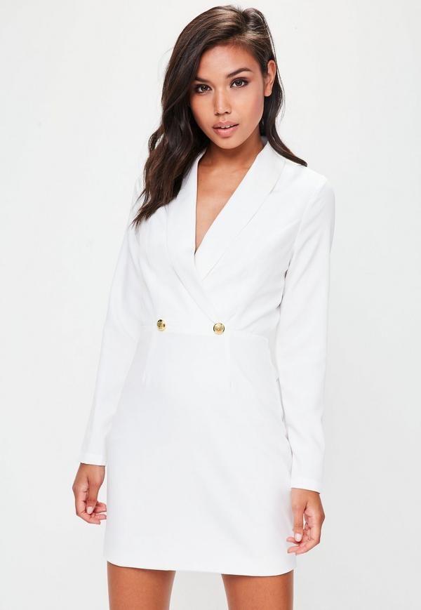 f5f4b1bc01cdb No puedes perderte este vestido tipo blazer en color blanco con detalle de  escote pronunciado y botones en color dorado.