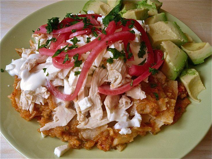 チラキレス(スペイン語 Chilaquiles )は、一般的に、トウモロコシのトルティーヤを4等分して揚げ、ソースをかけた伝統的なメキシコ料理である。