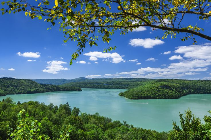 Lac de Vouglans et ces eaux turquoise | Jura France | Crédit photo : Stéphane Godin/Jura Tourisme | #JuraTourisme