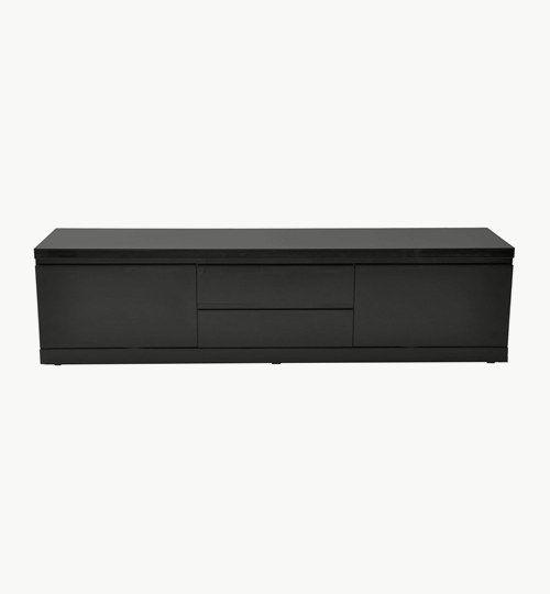 Q-max mediabänk svart higloss. Mediabänken är den äldre brodern i Q-serien. Q-max är 35 cm längre än dem andra i Q-serien och därför får det plats med mycket mer. Bänken är lackerad i högblank som resten av mediamöblerna i denna serien.  Möbeln består av två luckor med hyllplan och två lådor som går att dra ut till dess fullo. #azdesign #mediabänk #tv-bänk