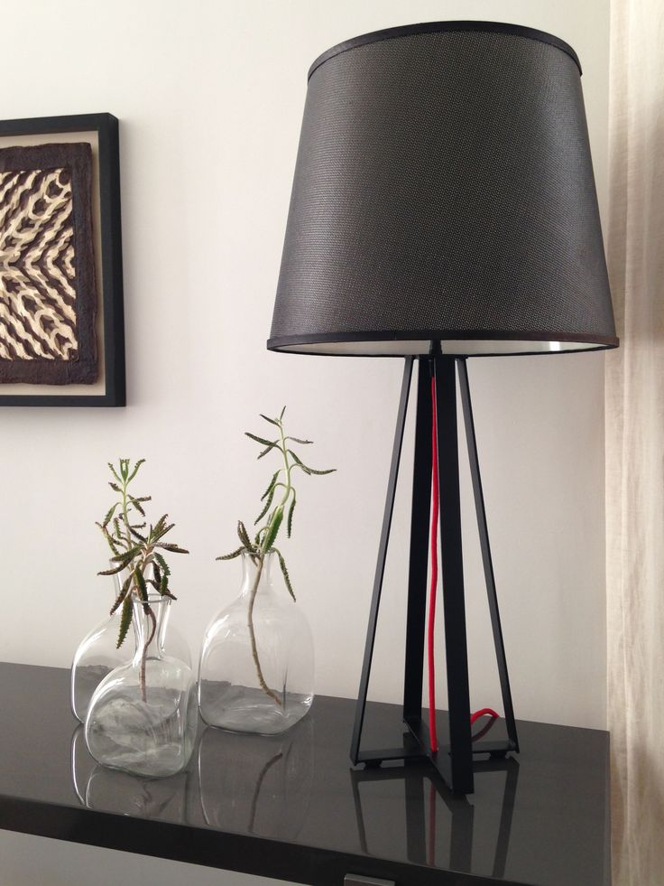 Lámpara de mesa Columbia con cable de tela rojo.