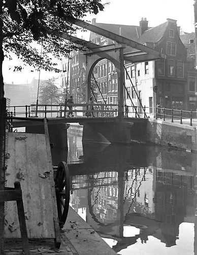 1943 De Groenburgwal met de ophaalbrug in de Staalstraat.