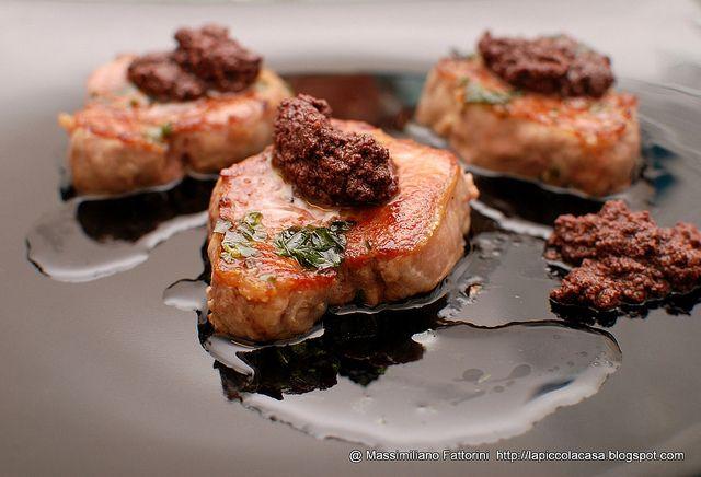 Medaglioni di filetto di maiale con patè di olive taggiasche e olio di oliva al basilico