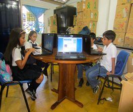 Es la escuela en Medellin Columbia. Tiene es leer un libro.