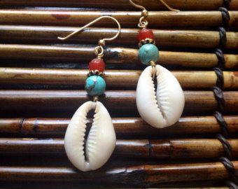 Artículos similares a cowrie shell earrings silver wire wrapped dangle earrings beach en Etsy