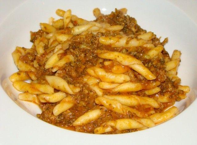"""Lo strozzaprete è un tipo di pasta caratteristico dell'Emilia Romagna che solitamente viene abbinato a ragù particolarmente elaborati e sughi molto conditi, per compensare la """"povertà"""" della sua composizione e la semplicità dei suoi ingredienti."""