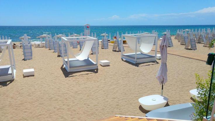 Il Tayga Beach è l'innovativa struttura balneare eco compatibile perfettamente contestualizzata tra le meravigliose dune di Campomarino, a 30' da Taranto