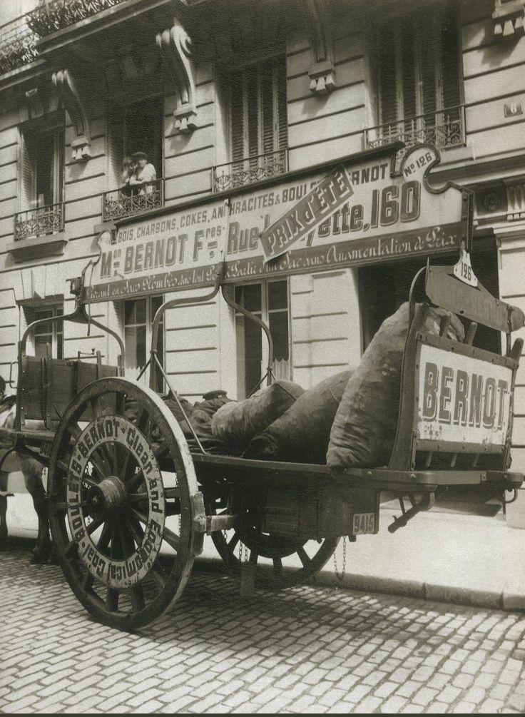 La Voiture dans le Paris d'antan par Eugène Atget - Une voiture des charbons Bernot, en 1910.