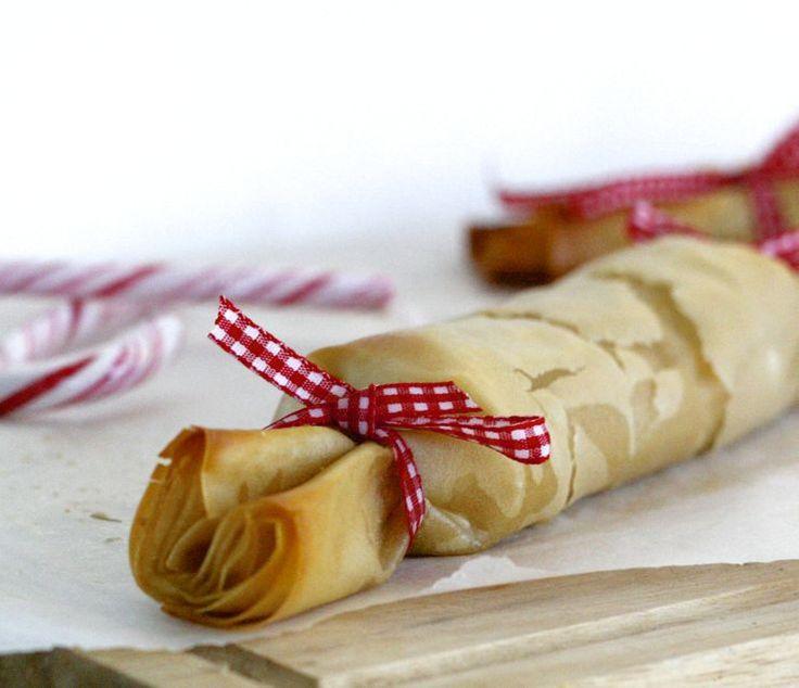 Gevulde filodeeg rolletjes met pompoen, pecannoten, peterselie en feta.