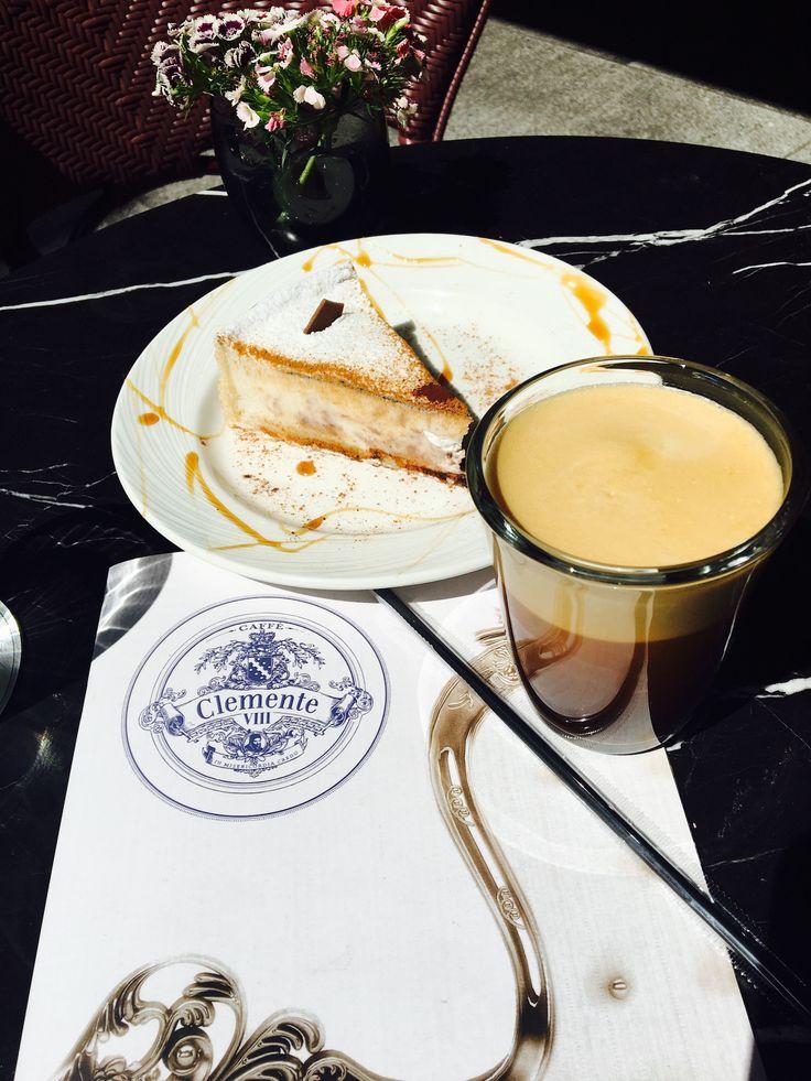 Άνοιξε ο καιρός και ήρθε η ώρα να αρχίσουμε να απολαμβάνουμε τον καφέ μας δροσερό! Ενδώστε στον γλυκό πειρασμό και συνδυάστε τον Espresso Freddo σας με ένα κομμάτι Alegria, με τραγανό μπισκότο, κρέμα από τυρί ρικότα αχλάδι και bitter σοκολάτα! #ClementeCafe #CityLink #ClementeVIII #Coffee #Athens #ClementeAthens #AthensCafe #CoffeeInAthens #BestCoffee #AthensCoffee #CoffeeTime #Cake #Espresso