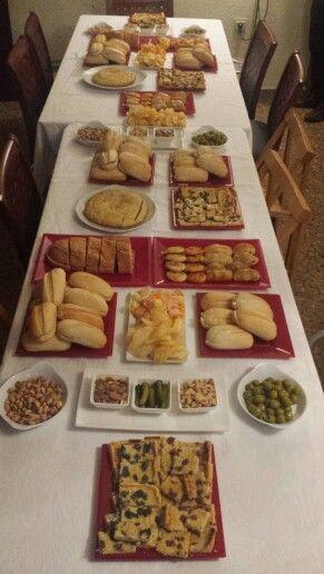 Merienda cena para celebrar una Confirmación en casa del protagonista!!   Bocadillos, tortilla de patata, preñaditos, hojaldres, cocas...