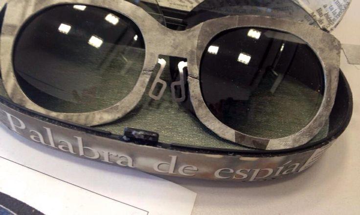 """Modelo """" El búho"""" gafa en papel de periódico artesanal."""