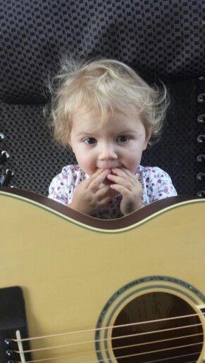 Hmm my Nonnas new guitar x