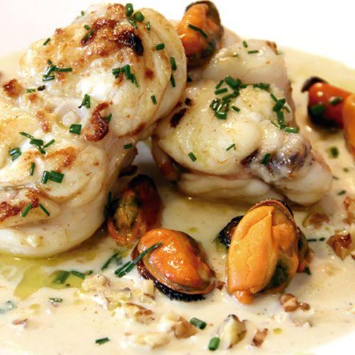 Descubre esta receta que le da un nuevo concepto al rape. Este rape, mussels y nueces añade mucho sabor a tu plato con mariscos.