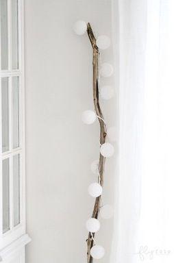 Tak trochu jiná lampa - mini lampióny na elekřinu omotané kolem kusu dřeva. Like.