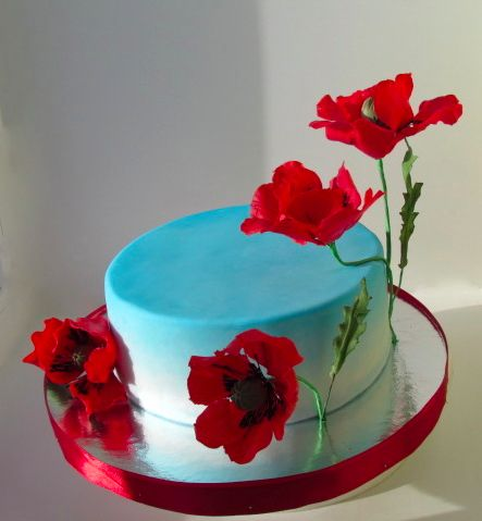 торт небесно-голубого цвета с яркими красными маками