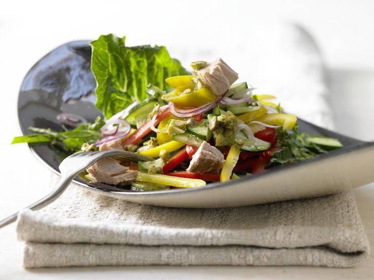 Griechischer Thunfischsalat - mit Oliven-Kapern-Vinaigrette - smarter - Kalorien: 373 Kcal - Zeit: 35 Min. | eatsmarter.de
