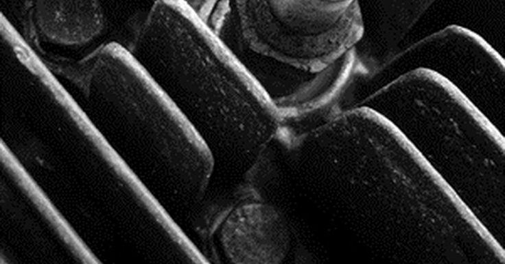 Cómo reemplazar las bujías en una Dodge Ram 1500 modelo 2003. Cambiar las bujías es una parte importante de la afinación en tu Dodge Ram 2003. Con el paso del tiempo, las bujías pueden desgastarse y quemarse o, en muchos casos, obstruirse con cantidades excesivas de aceite y residuos de carbón. Cambiar las bujías puede ayudar a restaurar el poder e incrementar la economía de combustible de la Ram. En la ...