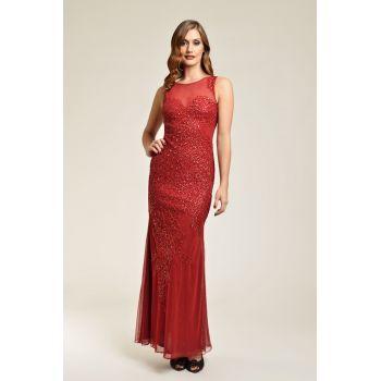 Rochie lunga de seara, eleganta, confectionata din tul fin, de culoare rosie si are o superba broderie, realizata din margele stralucitoare. Este fara maneci, cu decolteu rotund si cambrata pe talie si pe solduri. Fusta lunga este fluida si cade lejer pe langa corp. Este o rochie rafinata, pe care o poti purta ca tinuta de nasa sau de soacra.