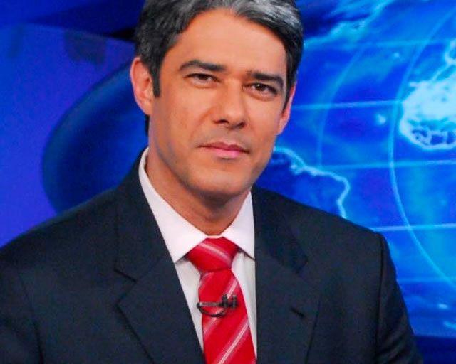 A gravata vermelha traz um elemento criativo à combinação camisa branca + costume preto. Boa escolha de William Bonner para um look social masculino.