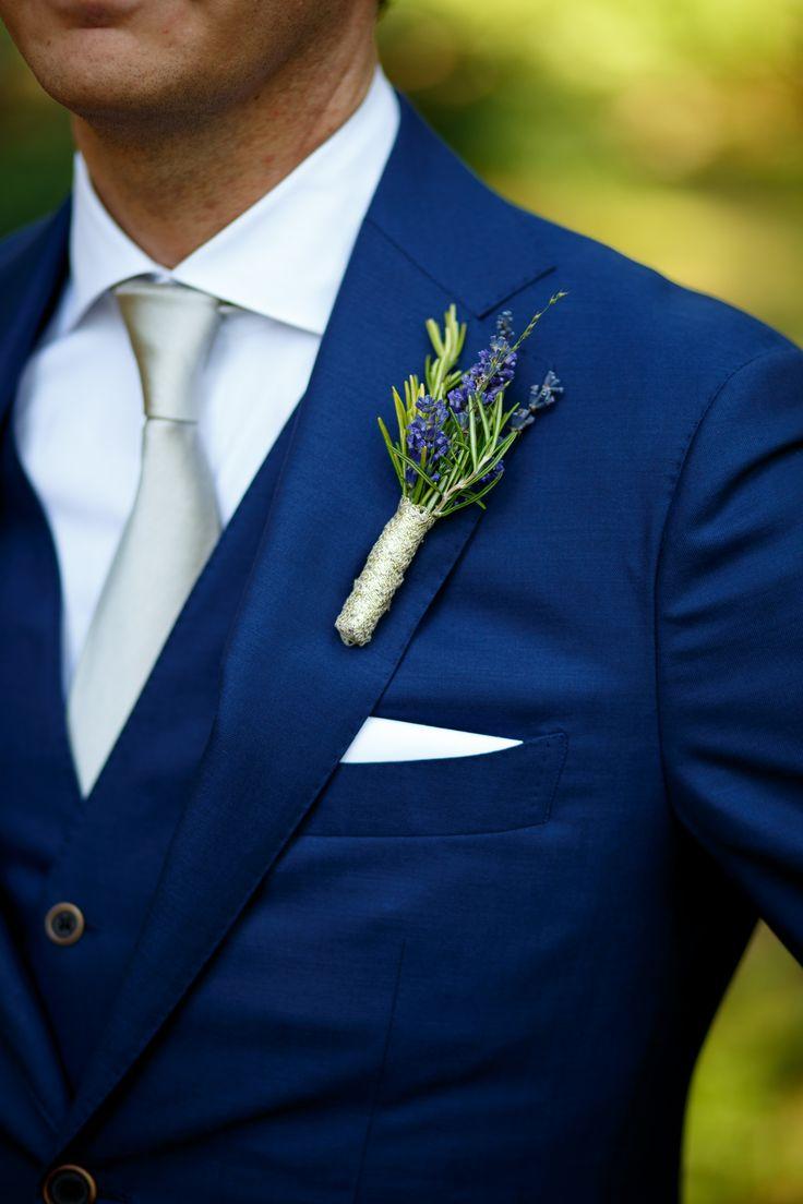Een corsage met lavendel. Zomerser kan bijna niet. // Foto: De Kievit Bruiloften // Girls of honour