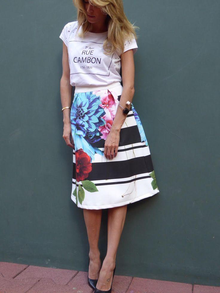 Helena Bordon veste look Gallerist com t-shirt Melon Melon, saia mídi estampada Cynthia Hayashi, bracelete Maria Dolores. Get the Look!