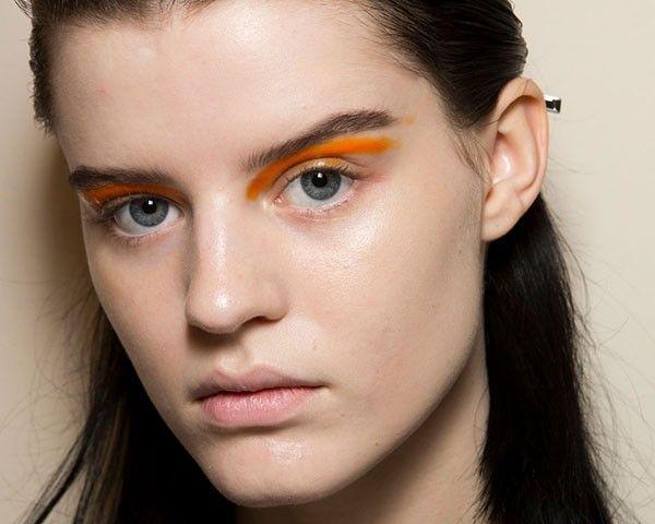 Usar cores fortes e vibrantes no make foi a tendência da vez nas semanas de moda internacionais, que mostram que o visual colorido continua com tudo
