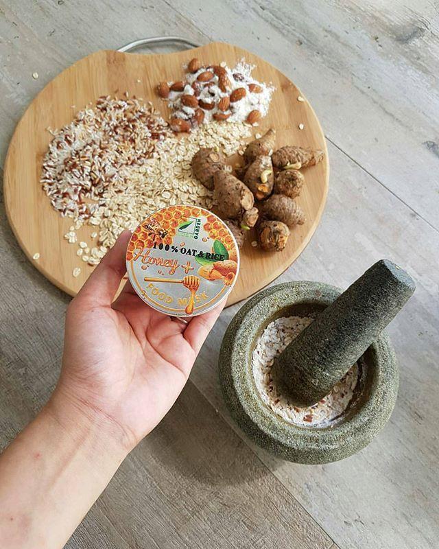 Food Mask (Antioxidants) by Lush Garden 100% Pure (Oat & Rice + 💯Honey & Almond) . . 🌾Manfaat Beras 🍙Memperkecil Pori 🍙Memutihkan Kulit 🍙Regenerasi Kulit (menggantikan sel kulit yang telah mati) 🍙Mengatasi Jerawat 🍙Mengencangkan Kulit 🍙Anti Penuaan 🍙Menghilangkan Flek Hitam 🍙Menghaluskan Kulit . . 🌾Manfaat Oat 🍚Melembabkan dan mengangkat sel kulit mati 🍚Menghilangkan jerawat dan menghaluskan kulit 🍚Mengencangkan pori-pori 🍚Mengecilkan pori pori kulit sensitif 🍚Mempercepat…