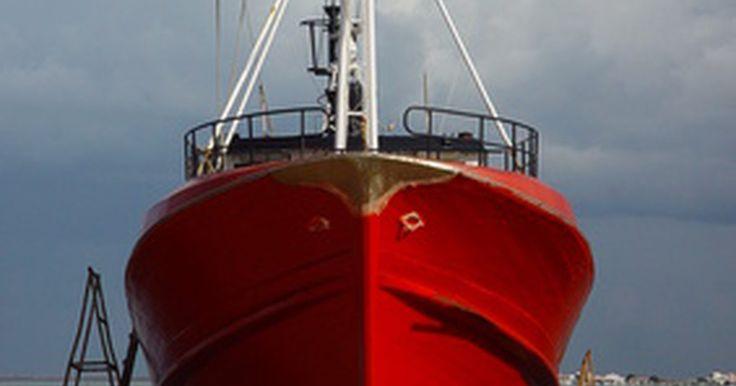 """Nombres de las partes de un bote. Las partes de un bote tienen nombres divertidos para un marinero de tierra. Muchos de los nombres se remontan a cientos de años atrás y sus orígenes suelen haberse perdido. Algunos tienen sentido sólo si sabes algo sobre la construcción de barcos en el siglo 16. Los nombres son muy específicos también: dile """"A babor, en el medio del navío"""" a un ..."""
