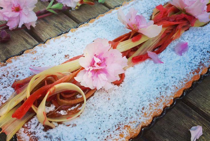 Heute wird's französisch, der Rhabarber-Saison sei dank, es gibt Tarte à la Rhubarbe. Das Rezept ließt sich aufwändiger als es ist. Ihr könnt auch einen fertigen Mürbteig kaufen, dann ist der Kuchen ratzfatz im Ofen. Die Tarte ist sehr lecker, durch den Magertopfen und die Creme fraiche wird sie sehr frisch und schmeckt am zweiten Tag noch viel besser. Die Süße und die Säure harmonieren perfekt.
