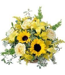 Bouquet di girasoli, rose e lilium abbellito da foglie verdi di stagione. Un pensiero speciale per una persona solare