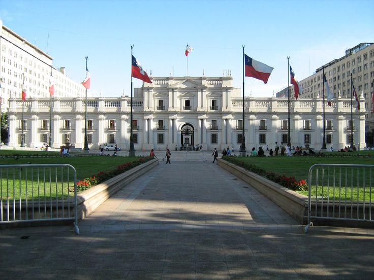 Un Palacio de la Moneda hay las oficinas presidenciales. La Moneda fue construido en 1805 por el arquitecto italiano Joaquín Toesca. Es muy bonita. Tiene las oficinas de tres ministros del gabinete y ocupa un bloque entero en el centro de Santiago.