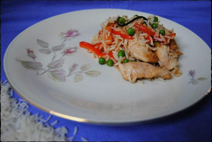 Il riso basmati con pollo e verdure è una ricetta thailandese rivisitata. Un piatto unico ricco e saporito, il suo profumo fa impazzire e il gusto è ottimo!