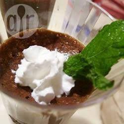 Encanto de Mousse de Chocolate: Esta receta super simple de mousse de chocolate es bien suave y esponjosa, y nada mejor para los amantes del chocolate. Postre ideal para esas fechas especiales como Día de los enamorados, aniversarios o navidad.