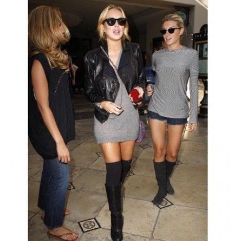Lindsay Lohan opta por combinar los calcetines altos con botas altas: un look perfecto.
