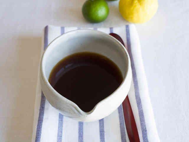 手づくりポン酢    材料 (約400ml) しょう油 カップ1杯 みりん 80ml 昆布(10×3cm) 4枚 かつおぶし 25g 柑橘類の果汁 カップ1杯分(200cc)