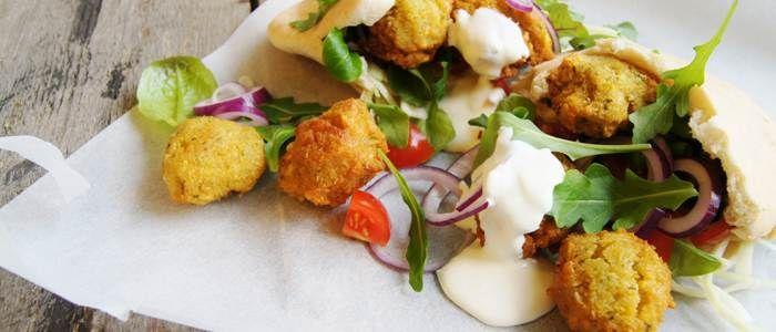 Recept från Lantmännen - Falafel på gula ärtor med pepparrotskräm och pitabröd