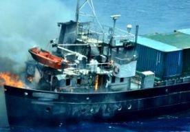 5-Jun-2013 12:04 - SMOKKEL EINDIGT IN REDDINGSOPERATIE. De Koninklijke Marine heeft gisteren in de Caribische Zee tien bemanningsleden gered van een zinkend containerschip dat drugs smokkelde. De marine en de kustwacht onderschepten het schip omdat het een grote hoeveelheid cocaïne zou vervoeren. Terwijl de Zr. Ms. Holland het schip volgde, rapporteerde de kapitein motorproblemen, binnenstromend water in de machinekamer en uitslaande brand in het achterschip. De marine vermoedt dat de...