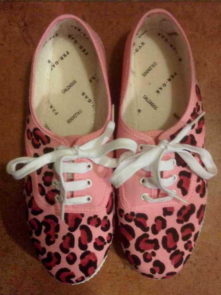 Zapatillas pintadas a mano Diseño Leopardo Rosa, modelo Animal Print.  Se pueden hacer de diversos colores, contacto con imaginacionyarte.abanicotextil@gmail.com