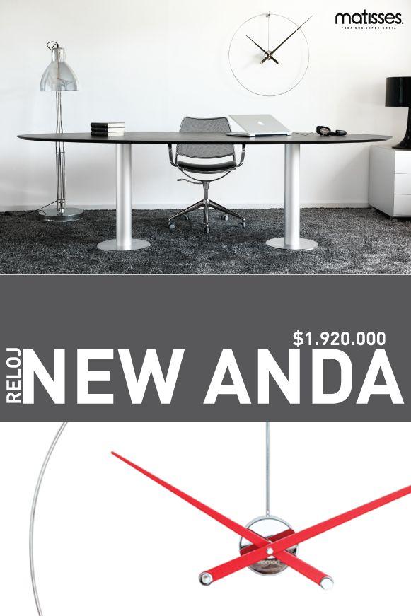 New Anda, hace parte de la colección Aros de Nomon, es un reloj de pared con: Caja: Acero cromado Material: Madera de nogal  Acabado: en rojo Aro: Acero pulido